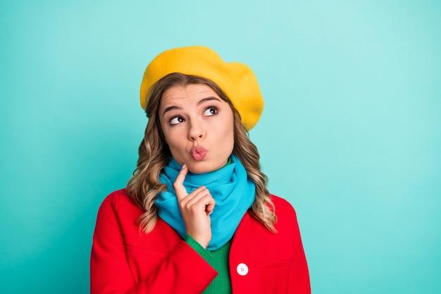 Portrait d'une fille intéressée, toucher le doigt, le menton, regarder la surface, penser à penser, imaginer quel cadeau de la saint-valentin elle porte des vêtements d'extérieur brillants isolés sur un fond de couleur turquoise