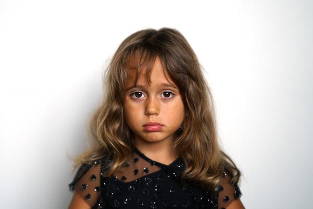 Portrait d'une fille italienne de 4 ans à la recherche de droite