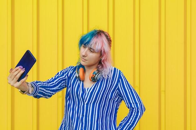 Portrait de fille joyeuse cool ayant un appel vidéo avec amant tenant le téléphone intelligent