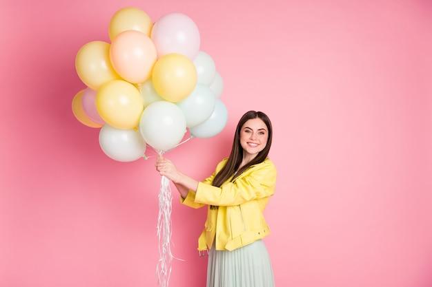 Portrait de fille joyeuse heureuse tenant dans les mains des boules d'air