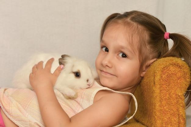 Portrait d'une fille avec un lapin à la maison