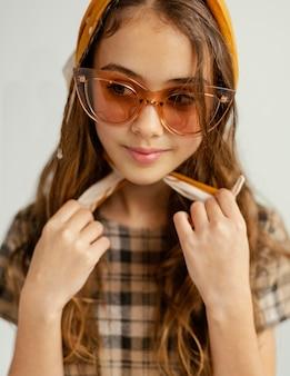 Portrait fille avec des lunettes de soleil