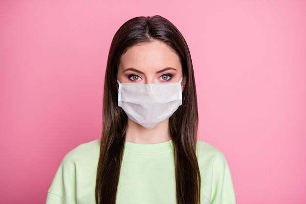 Portrait d'une fille magnifique concentrée à huis clos porter des vêtements de style décontracté masque médical isolé sur fond de couleur pastel