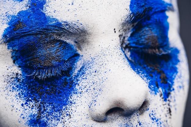 Portrait de fille mannequin avec maquillage en poudre colorée