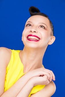 Portrait, fille, maquillage, robe jaune