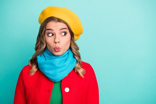 Portrait d'une fille mignonne funky drôle attendre son petit ami regard étonné copyspace envoyer un baiser d'air porter des vêtements d'extérieur à la mode élégants et lumineux isolés sur fond de couleur turquoise