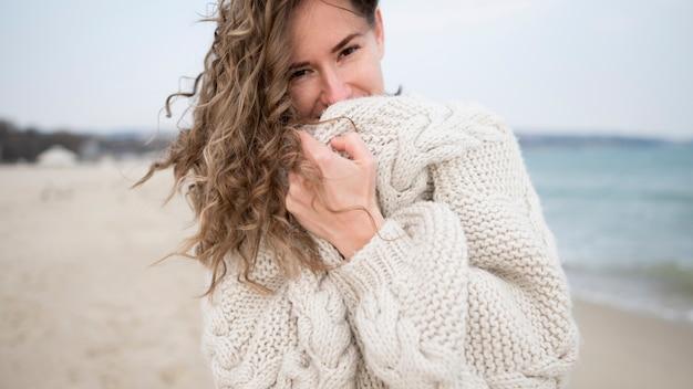 Portrait d'une fille sur une plage