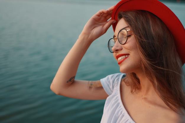Portrait fille positive brillante avec un sourire irrésistible et fermé