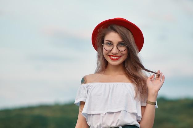 Portrait fille positive brillante avec un sourire irrésistible