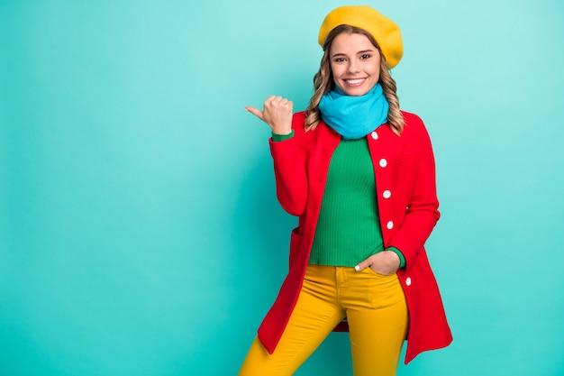 Portrait d'une fille positive et gaie, point de copie du pouce, démonstration d'annonces promotionnelles, suggérons de sélectionner un pantalon de pantalon isolé sur fond de couleur turquoise