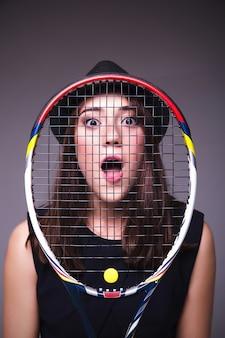 Portrait d'une fille avec une raquette de tennis