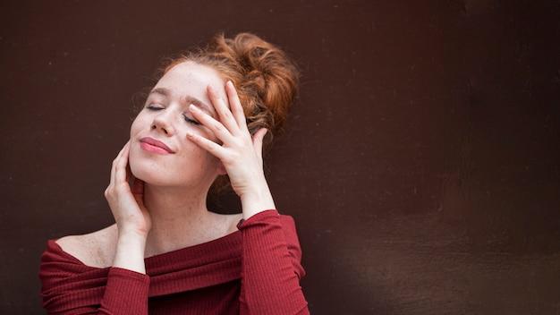 Portrait de fille rousse sur fond marron