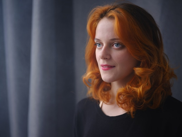 Portrait d'une fille rousse à la lumière naturelle