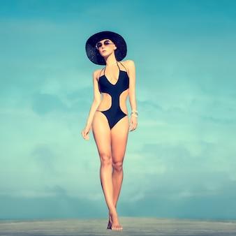 Portrait de la fille sensuelle en vacances