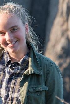 Portrait d'une fille souriante, sentier skerwink, port rexton, péninsule de bonavista, terre-neuve et labra