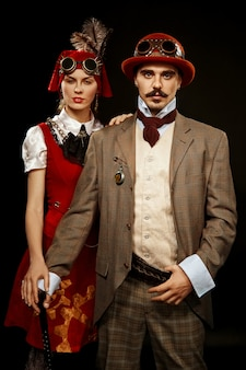 Portrait de fille steampunk et homme à lunettes et canne