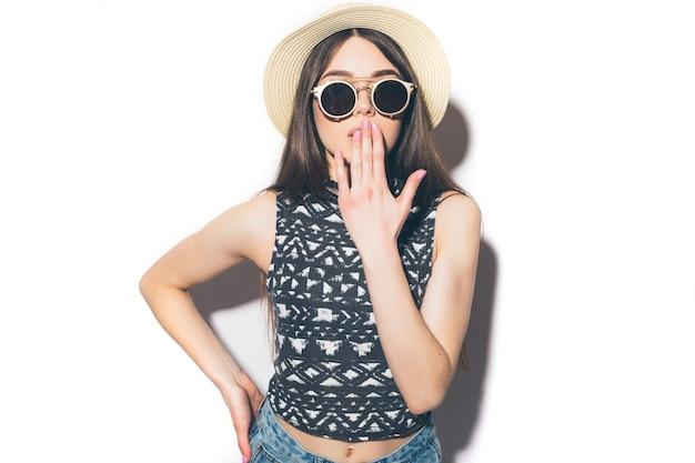 Portrait d'une fille surprise excitée en chapeau d'été à la recherche d'isolement