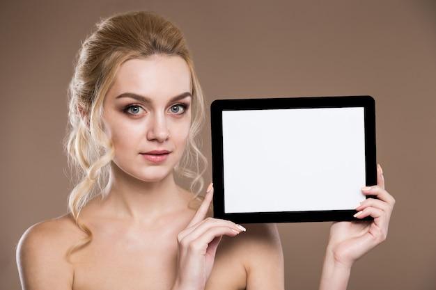 Portrait d'une fille avec la tablette
