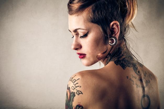Portrait d'une fille tatouée