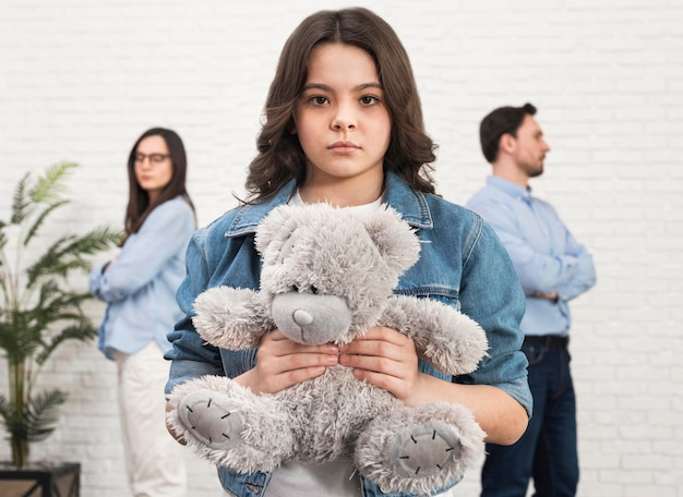 Portrait de fille tenant ours en peluche