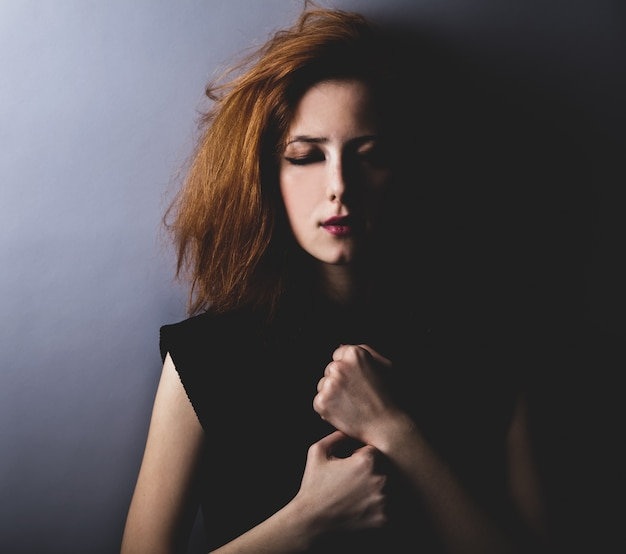 Portrait d'une fille triste dans le style des années 80.