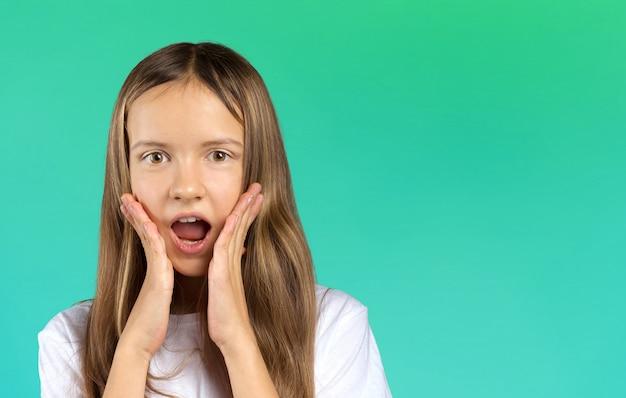 Portrait d'une fille triste déçue et stressée qui vous regarde