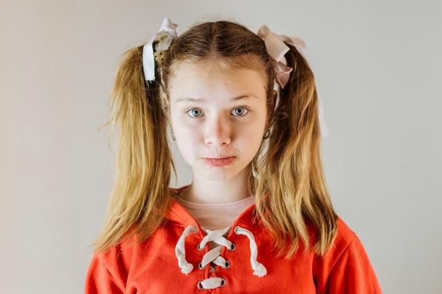 Portrait d'une fille triste qui fronce les lèvres