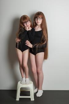 Portrait de filles heureuses en maillot de bain de gymnastique sportive