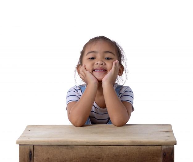 Portrait d'une fillette asiatique heureuse un sur fond blanc