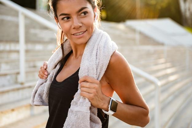 Portrait, fitness, femme, serviette, reposer