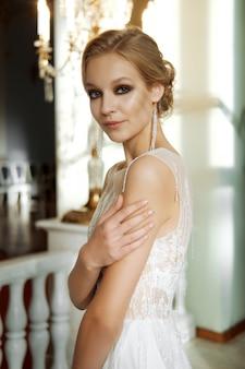Portrait flou d'une belle mariée de mode. maquillage et cheveux de mariage.