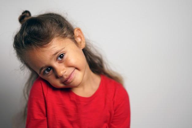 Portrait sur fond blanc d'une fille italienne de 4 ans à côté