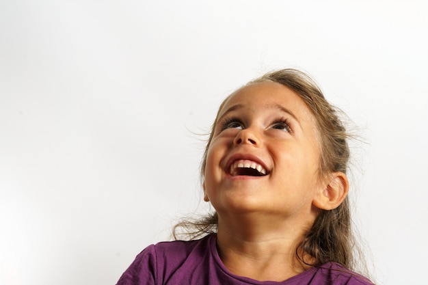 Portrait sur fond blanc d'une fille italienne de 4 ans en levant