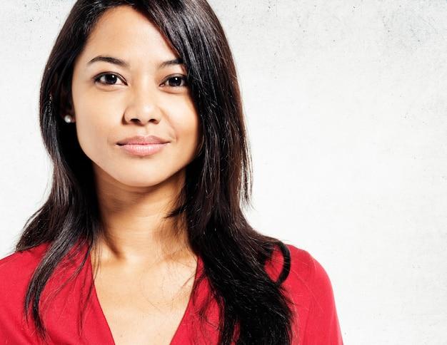 Portrait de fond mur de béton portrait de femme asiatique
