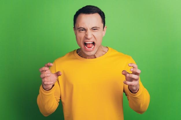 Portrait de fou hurlant concept colère concept bouche ouverte sur fond vert