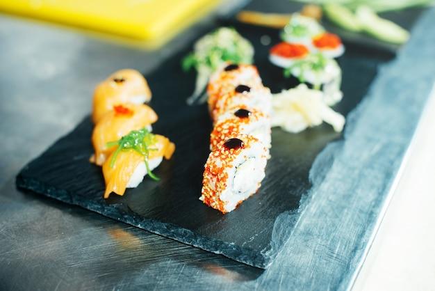 Portrait, frais, sushi, rouleaux, cuisine, debout, pierre, table
