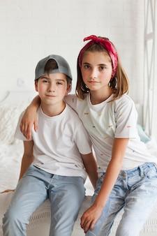 Portrait d'un frère innocent assis sur un lit à la maison