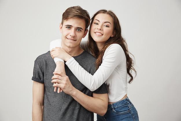 Portrait de frère et soeur étreignant et souriant