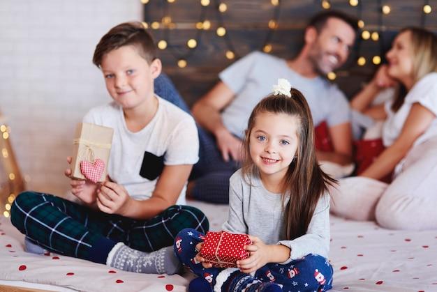 Portrait de frères et sœurs heureux avec des cadeaux de noël