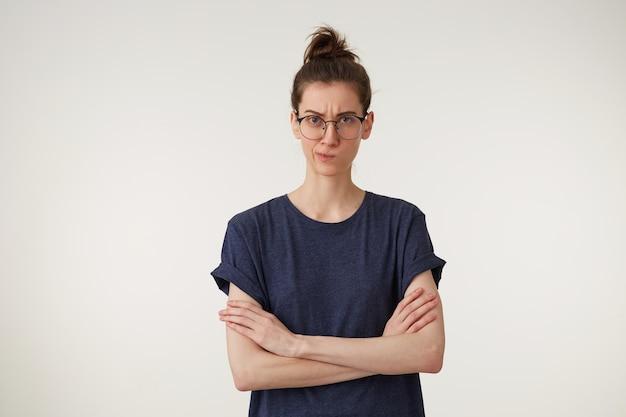 Portrait frustré ennuyé malheureux jeune femme employé client pensant sur le mur blanc.