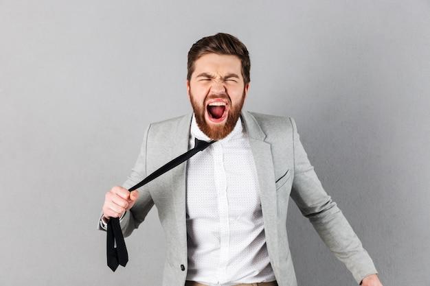 Portrait, furieux, homme affaires, habillé, complet
