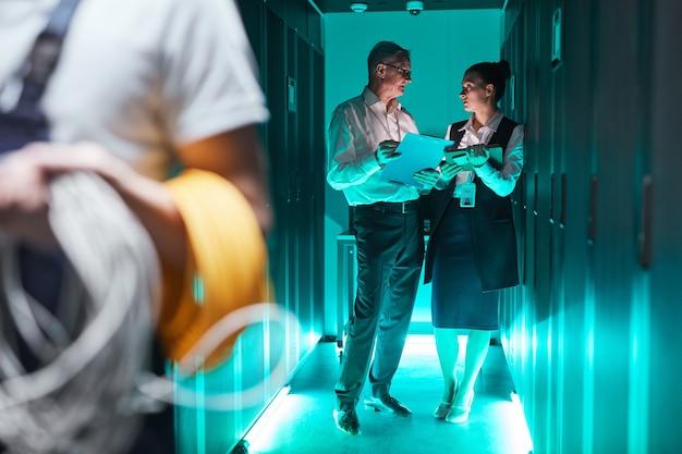 Portrait futuriste de deux data scientists travaillant avec un superordinateur dans un centre de données, espace de copie