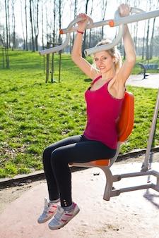 Portrait, de, gai, femme, dans, fitness, porter, exercisme, à, équipements, sur, les, parc