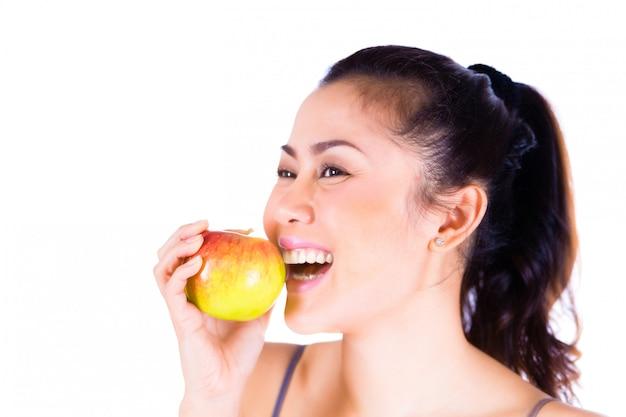 Portrait, de, gai, femme mange, pomme