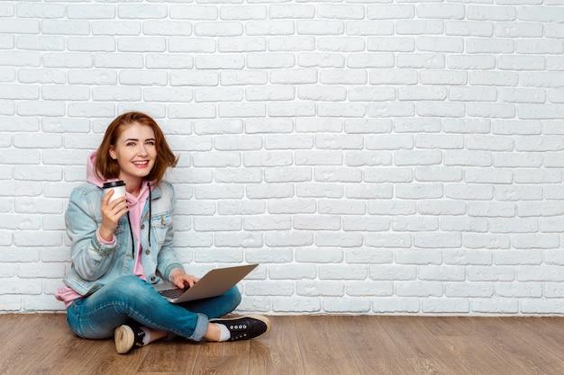 Portrait, gai, femme, séance, plancher, ordinateur portable