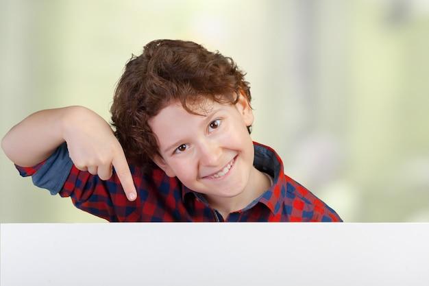 Portrait, de, gai, garçon, pointage, blanc, bannière