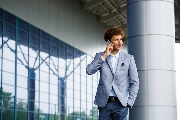 Portrait, de, gai, jeune, rousse, homme affaires, conversation téléphone