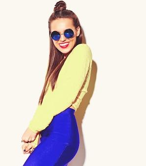 Portrait, de, gai, mode, sourire, hipster, girl, devenir fou, dans, occasionnel, coloré, jaune, été, vêtements, à, lèvres rouges, isolé, blanc
