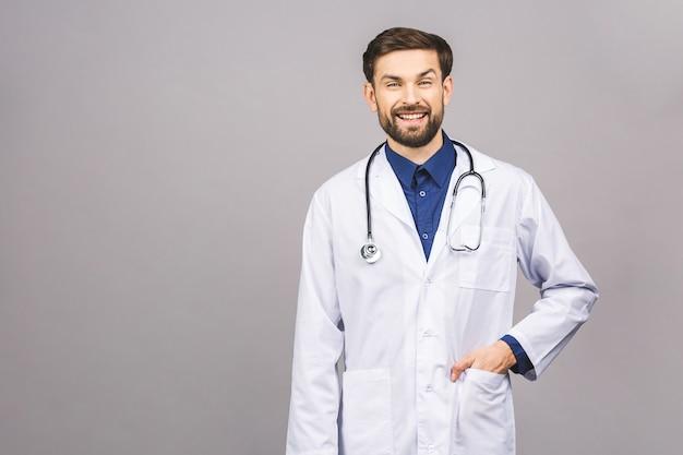 Portrait, de, gai, sourire, jeune, docteur, à, stéthoscope, sur, cou, dans, manteau médical