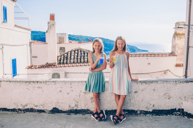Portrait de gamin caucasien profiter des vacances d'été
